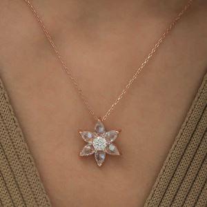 Gümüş Beyaz Çiçek Kolye